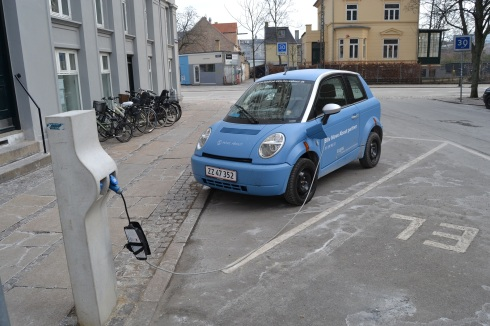 elbil på laddning på oesterbro i koebenhavn